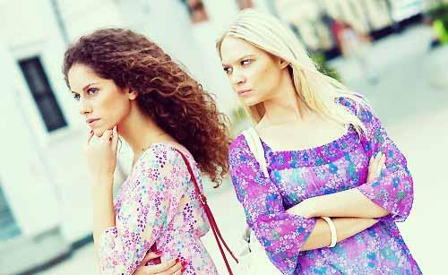 友達を警戒する女性