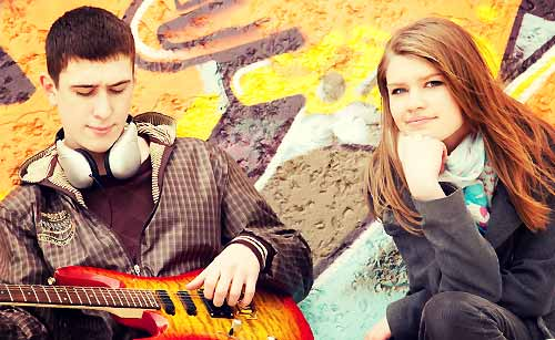 のんびりギターを聞く女性