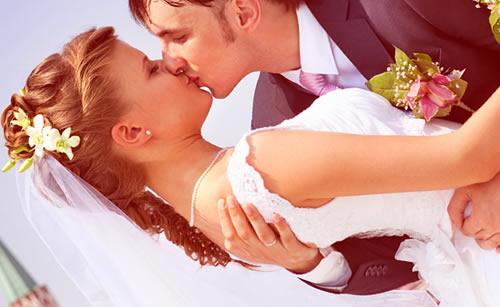 幸せな再婚カップル