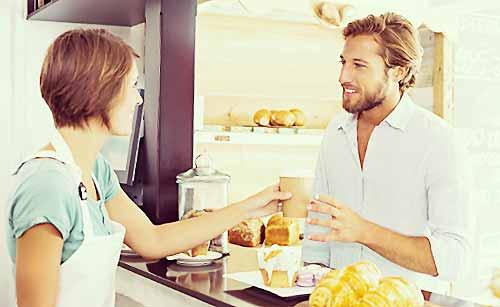 カフェでメニューを頼む男性