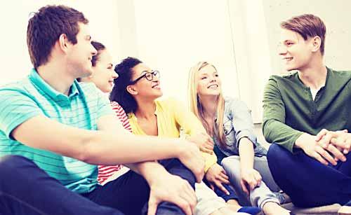 友達同士で仲良く会話する学生