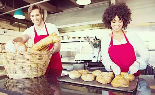 パン屋でアルバイトする男女