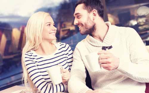 嬉しそうに会話する男と女