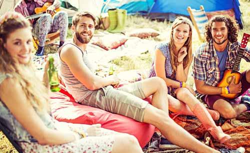 キャンプを楽しむ若者たち