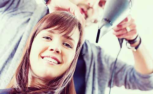 美容師にカットをしてもらう女性