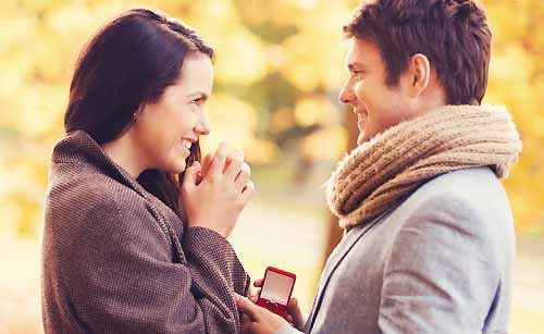 指輪を受け取りお礼を言う女性