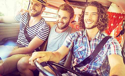男同士でドライブする男