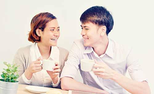 仲良くコーヒーを飲むカップル