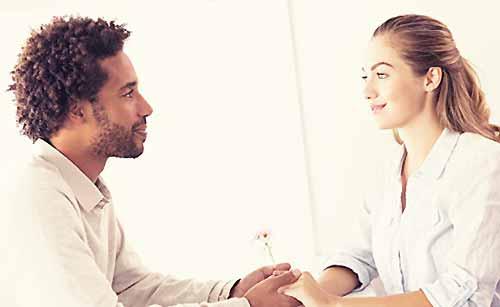 彼氏の話に共感する女性