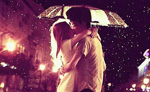 雨の中、別れのキスをするカップル