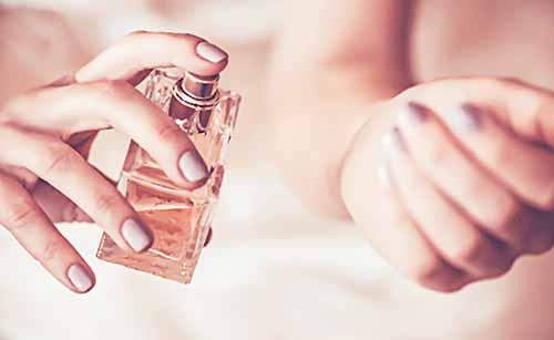 香水を手にかける女性