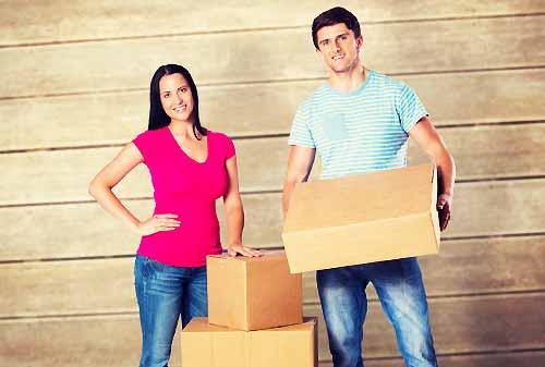 荷物を持つ男とその彼女