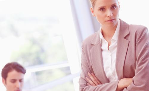 仕事中の彼氏にうんざりする女性