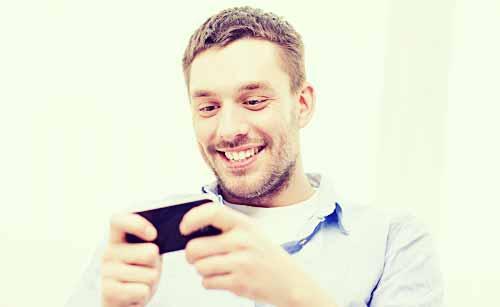 メールを読む男性