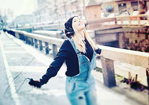 楽しく音楽を聴く女性