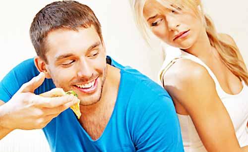 ダイエット中の彼女の前でピザを食べる男