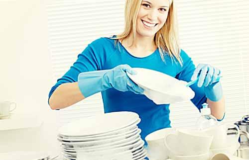 皿洗いする女性