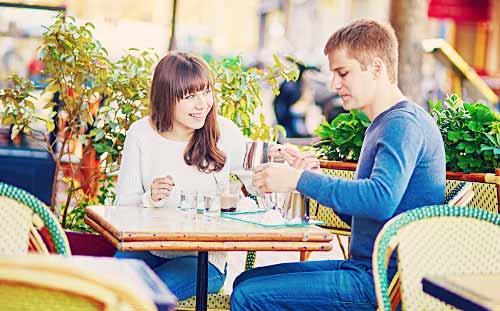 ファミリーレストランで食事をとるカップル