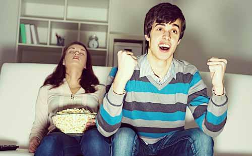 彼氏だけがテレビに夢中
