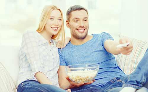 テレビを見るカップル