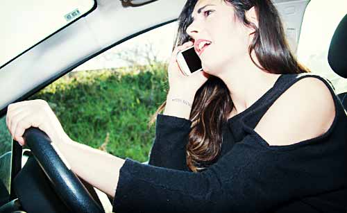 電話で本音をぶつける女性