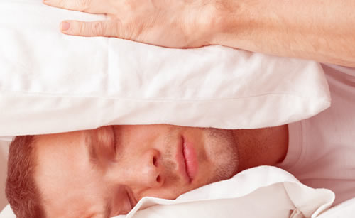 枕に挟まれても気持ちを言わない男性