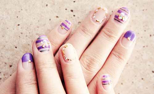ネイルアートをした女性の指