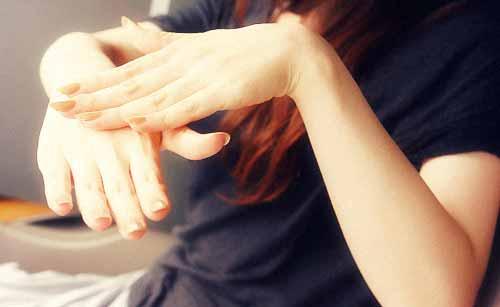 指マッサージする女性