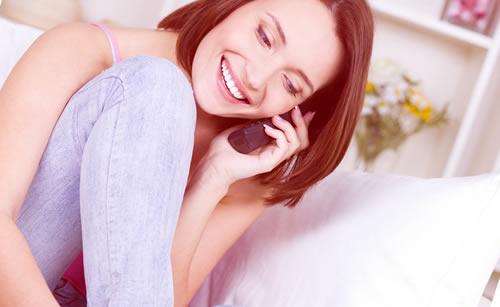 電話で無邪気に話す女性