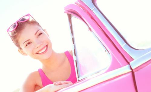 淀みない笑顔で運転する女性