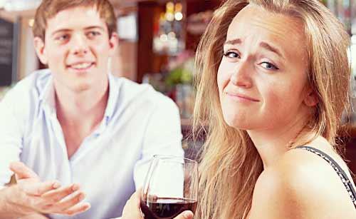 彼氏の話に悲しむ女性