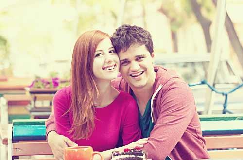 カフェでデートをするカップル