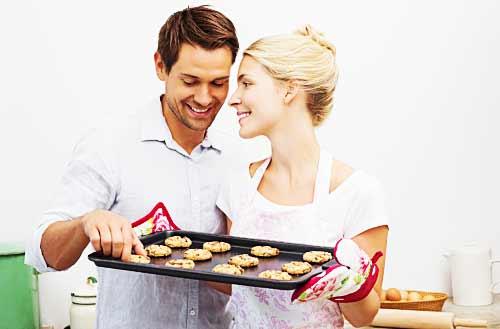 お菓子作りする女性と喜ぶ男性