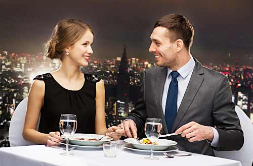 ディナーを楽しむカップル