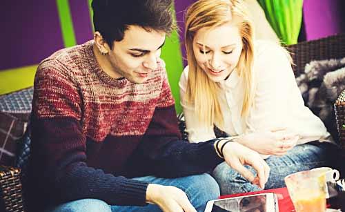 iPadを見るカップル