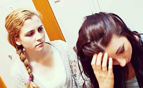 友人の話に頭を悩ませる女子