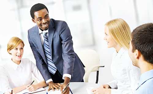 会議で提案をするビジネスマン