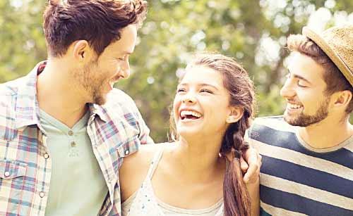 笑顔で会話する男と女
