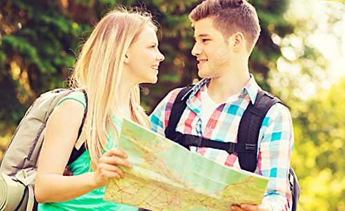 地図を広げるカップル