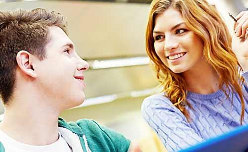 クラスの男子に話かける女子