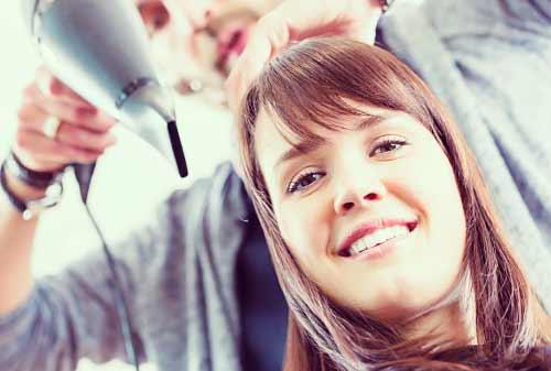 女性の髪を切る美容師