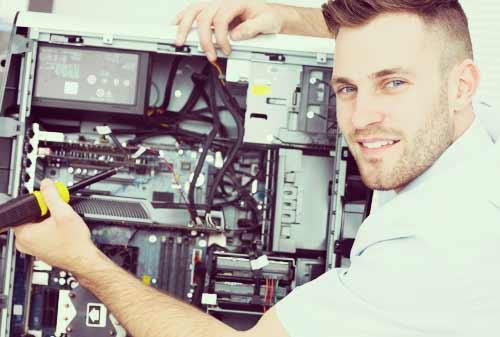 パソコンを修理する男
