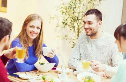 食事を楽しむ男と女たち