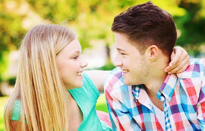 笑顔を交わす男と女