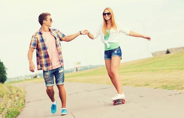 スケボーを楽しむカップル