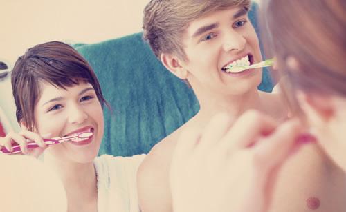 朝の歯磨きを欠かさないカップル