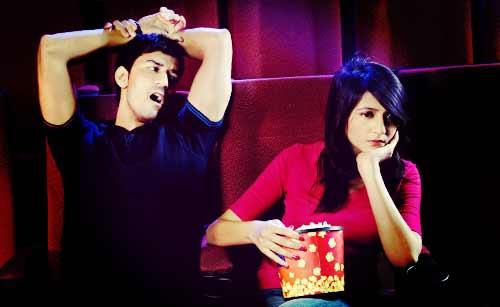 映画館でのデートであくびをする彼氏