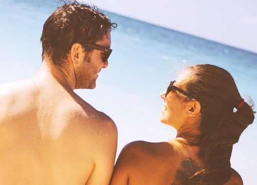 ビーチで会話するカップル