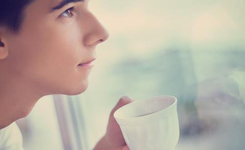 コーヒーを飲むマイペースな男性