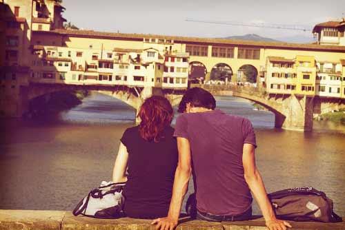夕日を眺めるカップル